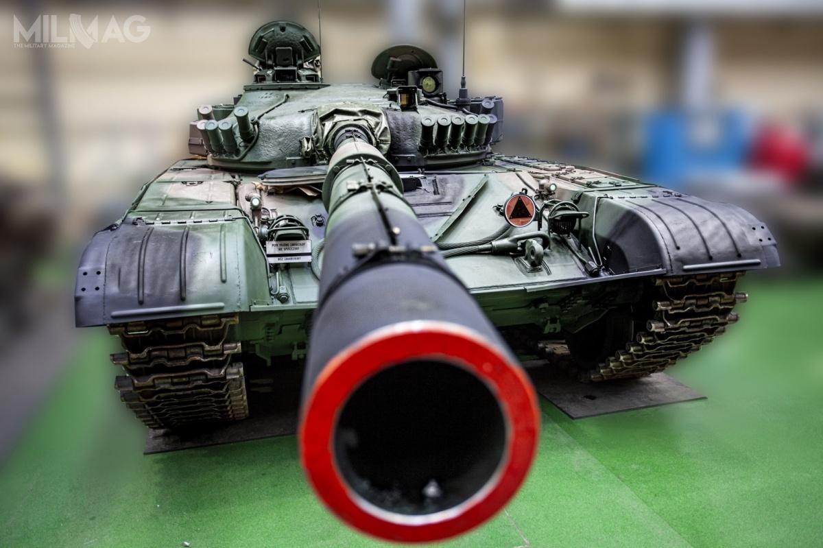 W ramach prowadzonych prac silniki wysokoprężne W-46-6 czołgów T-72M1 otrzymały dodatkowo cyfrowy system rozruchu. Zamontowano także nowe systemy zasilania zakumulatorami buforowymi. PCO dostarczyła pasywne przyrządy kierowcy (PNK-72 Radomka wmiejsce aktywnego TWNE-4B) idowódcy (POD-72 Liswarta wmiejsce TKN-3), zamontowano także Peryskopowy Celownik Termowizyjny PCT-72 wyposażony wkamery termowizyjne 3. generacji KLW-1 Asteria dla działonowego (wmiejsce nocnego celownika TPN-1-49-23). Ztyłu wieży zamontowano kosz nadodatkowe kanistry zpaliwem, rurą dopływu powietrza dosilnika wprzypadku pokonywania brodów wodnych orazognioodporną opończę. Czołgi otrzymały nowe zestawy gąsienic. / Zdjęcie: Polska Grupa Zbrojeniowa