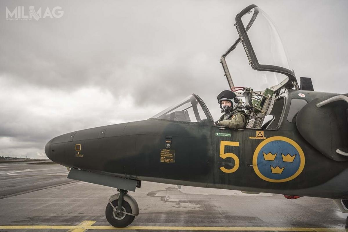 Nowy samolot szkolenia podstawowego ma zastąpić wprowadzone dosłużby wlatach 1966-1969 samoloty odrzutowe Saab 105, które otrzymały wojskowe oznaczenie SK 60. Obecnie wsłużbie pozostaje ich czterdzieści sześć (stan na16 marca 2020). / Zdjęcie: Bezav Mahmod, Försvarsmakten