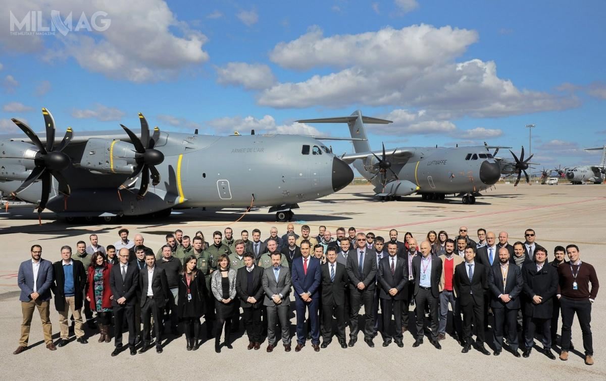 Zespoły  Grupy Airbus iorganizacji OCCAR odpowiadające zadostarczenie samolotów orazfrancuską iniemiecką załogę natle obu transportowców. /Zdjęcie: Airbus