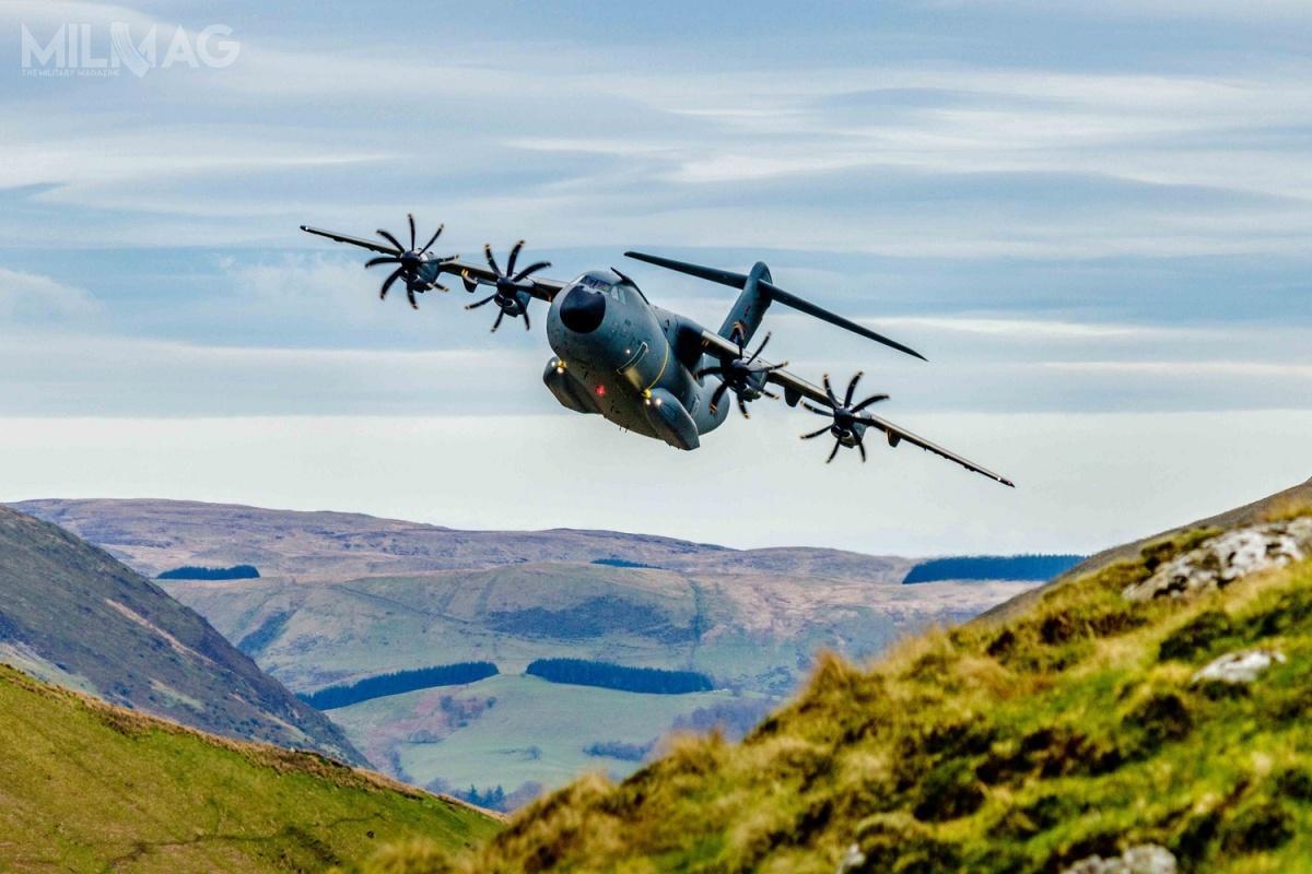 Co ciekawe załączone zdjęcie niepowstało podczas prób wlocie nadFrancją. Jest tonależący dobrytyjskich Royal Air Force A400M podczas lotu namałej wysokości napoligonie Mach Loop wWalii w2017 / Zdjęcie: Scott Norbury/Airbus Defence and Space