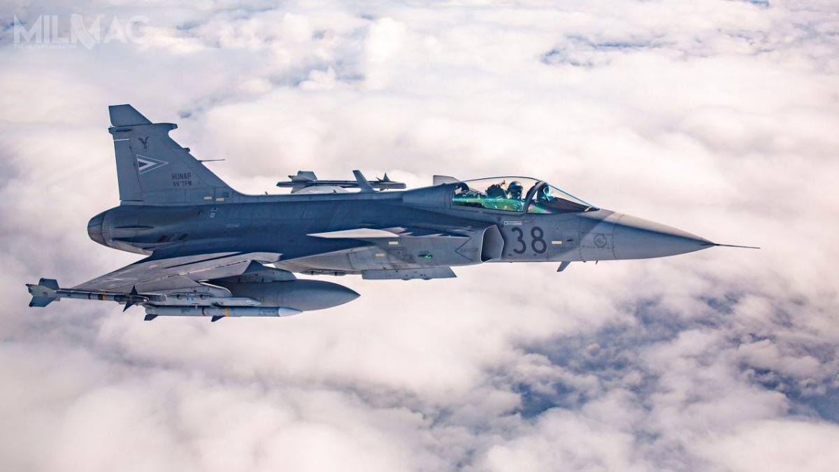 W porównaniu zpociskiem AIM-120C-5, nowszy AIM-120C-7 wyposażono wnowy układ naprowadzania, zwiększył się też zasięg rażenia. Po2026 wydzierżawione najpierw na10 lat, apóźniej nakolejną dekadę, samoloty Saab JAS 39C/D Gripen staną się własnością Węgier. Dwa zczternastu samolotów uległo wypadkom wmaju iczerwcu 2014, aleporenegocjacji umowy leasingowej w2016, dostarczono dwa dodatkowe samoloty. Naprawiony JAS 39C inowo wyprodukowany JAS 39D dostarczono 1lipca 2017 / Zdjęcie: Ministerstwo Obrony Węgier