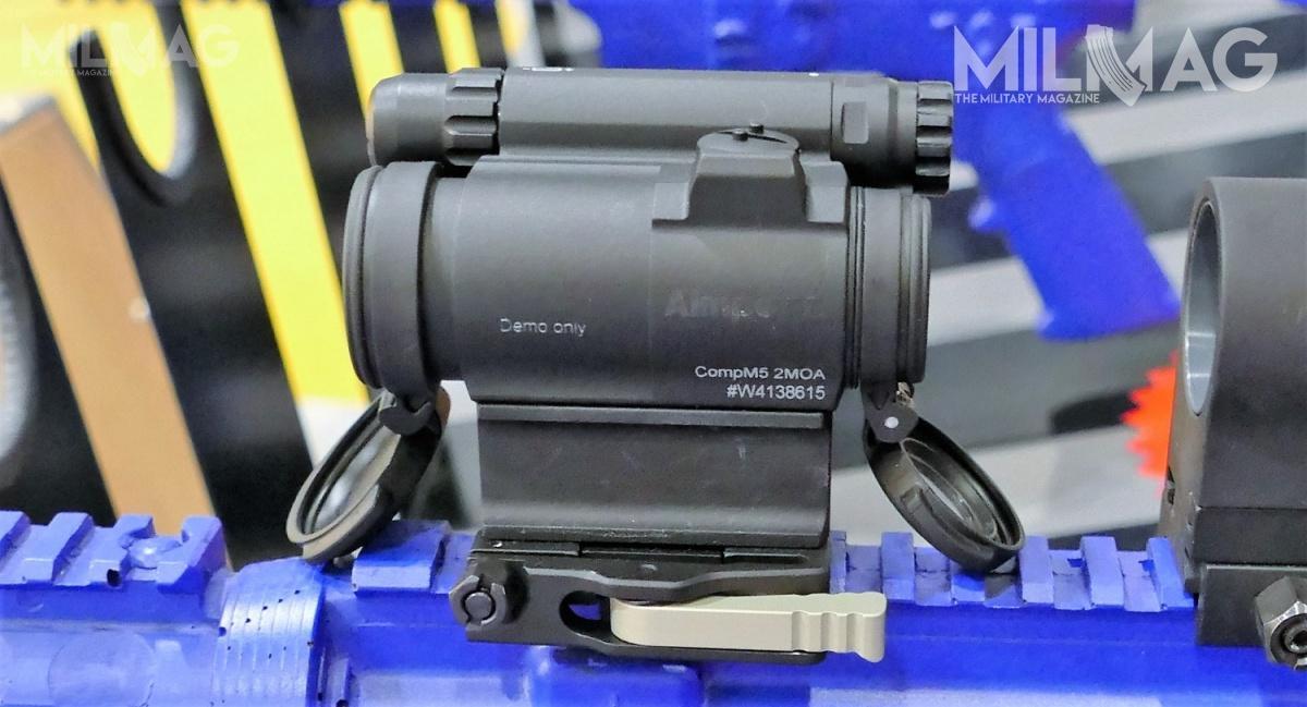 Na londyńskich targach DSEI 2017 zadebiutował celownik kolimatorowy Aimpoint CompM5. Model łączy cechy CompM4 zMicro T-1/T-2. Jest zasilany baterią AAA, którejpojemnik umieszczono nagrzbiecie poprawej stronie