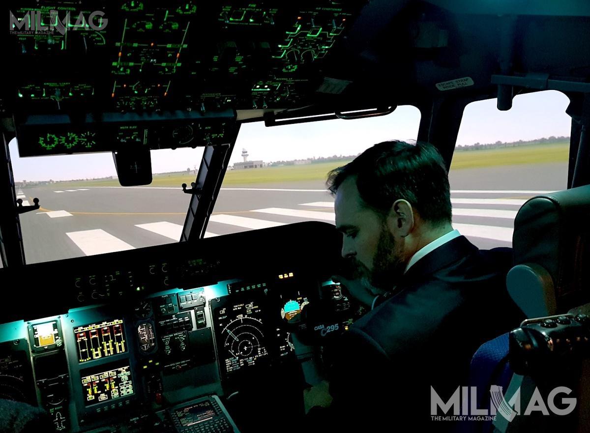 Manuel Heredia Ortiz podczas wizyty w8. BLT zapoznał się zsymulatorem samolotu Airbus Military C295M. Podobne instalacje znajdują się jedynie wHiszpanii iKanadzie / Zdjęcia: Jakub Link-Lenczowski