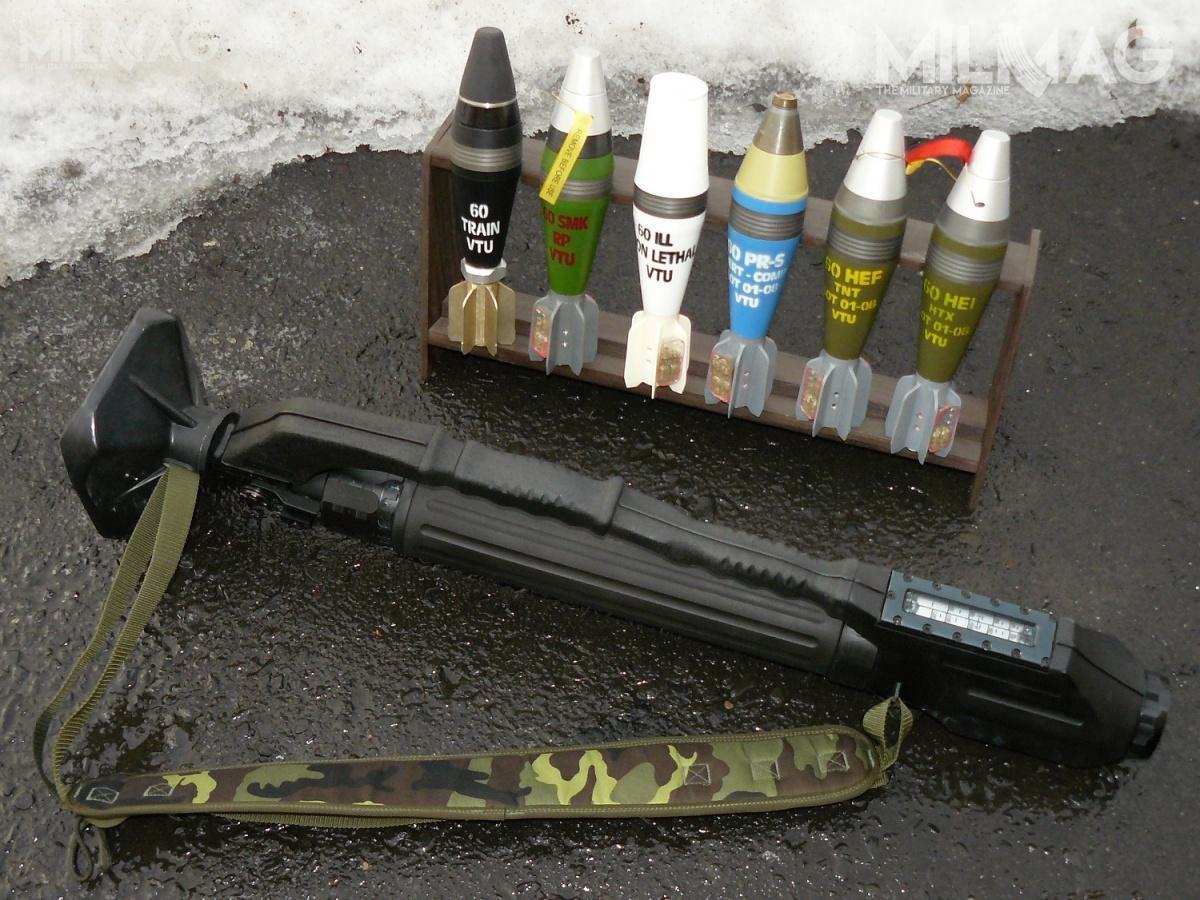 60-mm moździerz LRM (Lehky Rucni Minomet) vz. 99 ANTOS ma niecodzienny wygląd. Składa się z650-mm aluminiowej lufy pokrytej kilkuczęściową osłoną zczarnego tworzywa sztucznego, zktóregowykonano również chwyt transportowy mieszczący spust iblokadę spustu. Długość całkowita moździerza to905 mm / Zdjęcie: Remigiusz Wilk