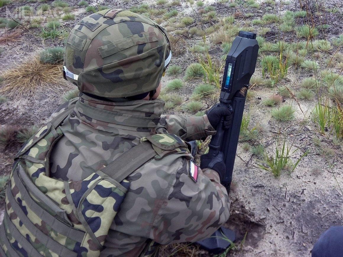 Czeski 60-mm moździerz komandoski Antos (produkowany przezExcalibur Army, alemożliwe jest też rozpoczęcie ich wytwarzania wPolsce) podczas strzelań wpododdziałach 6. Brygady Powietrznodesantowej. Broń została też kupiona dla Wojsk Specjalnych, jednostek JWG, JWK iJWA / Zdjęcie: 6. BPD