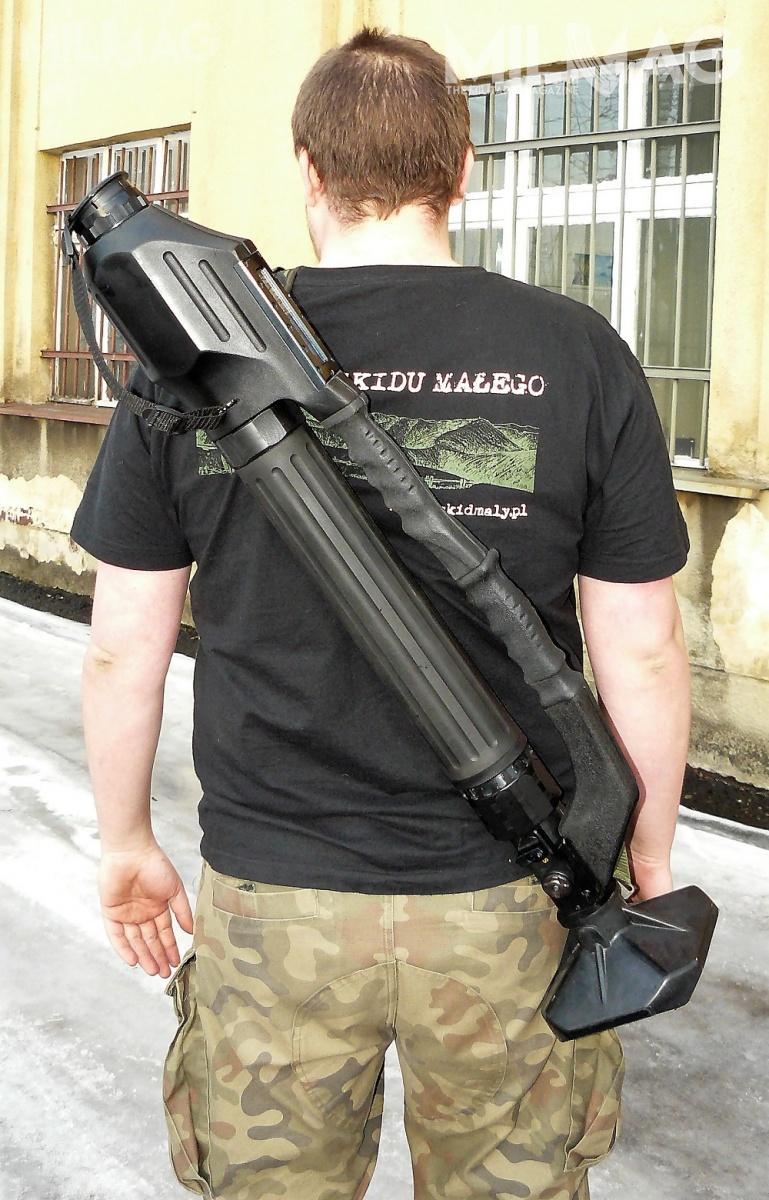 ANTOS tolekka konstrukcja omasie 5,3 kg (może zostać zmniejszona o0,4 kg, gdycelownik cieczowy zostanie zastąpiony mechanicznym), łatwa dotransportu wraz zamunicją. Moździerz może być mocowany naniewielkiej płycie oporowej lub najarzmie kulowym. Toostatnie służy domontażu LRM vz. 99 napojeździe / Zdjęcie: Remigiusz Wilk
