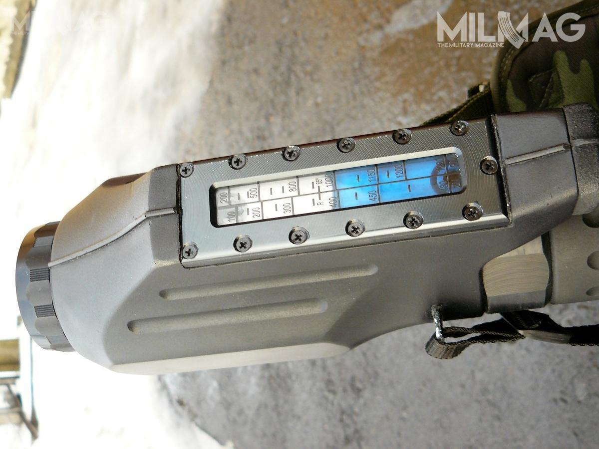 Czeska konstrukcja wyposażona jest wcelownik cieczowy, któryumożliwia bardzo proste iszybkie posługiwanie się bronią. Ma on dwie skale: dostrzelania granatem zładunkiem podstawowym ipełnym / Zdjęcie: Remigiusz Wilk