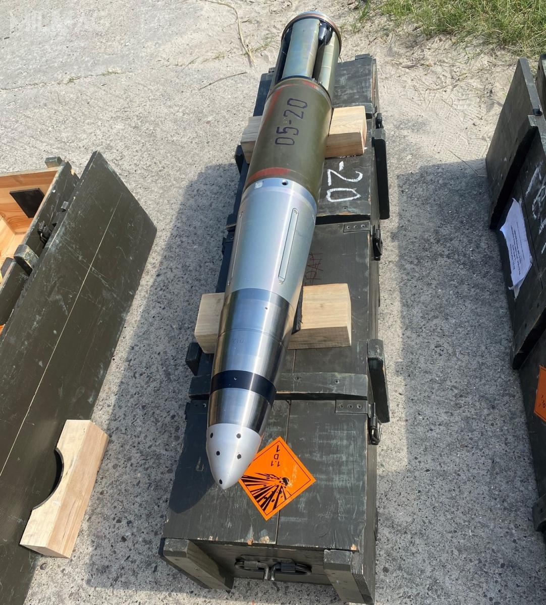 Projekt owartości ok. 85 mln zł jest realizowany przezMesko wewspółpracy zWojskową Akademią Techniczną, CRW Telesystem Mesko ipartnerem zagranicznym, ukraińską SE SFTF Progress. Prototyp powstał nabazie rozwiązań ukraińskiego pocisku artyleryjskiego Kwitnik. Amunicja APR 155 ma charakteryzować się masą pocisku ok. 48 kg izasięgiem rażenia dook. 20 km / Zdjęcia: PGZ