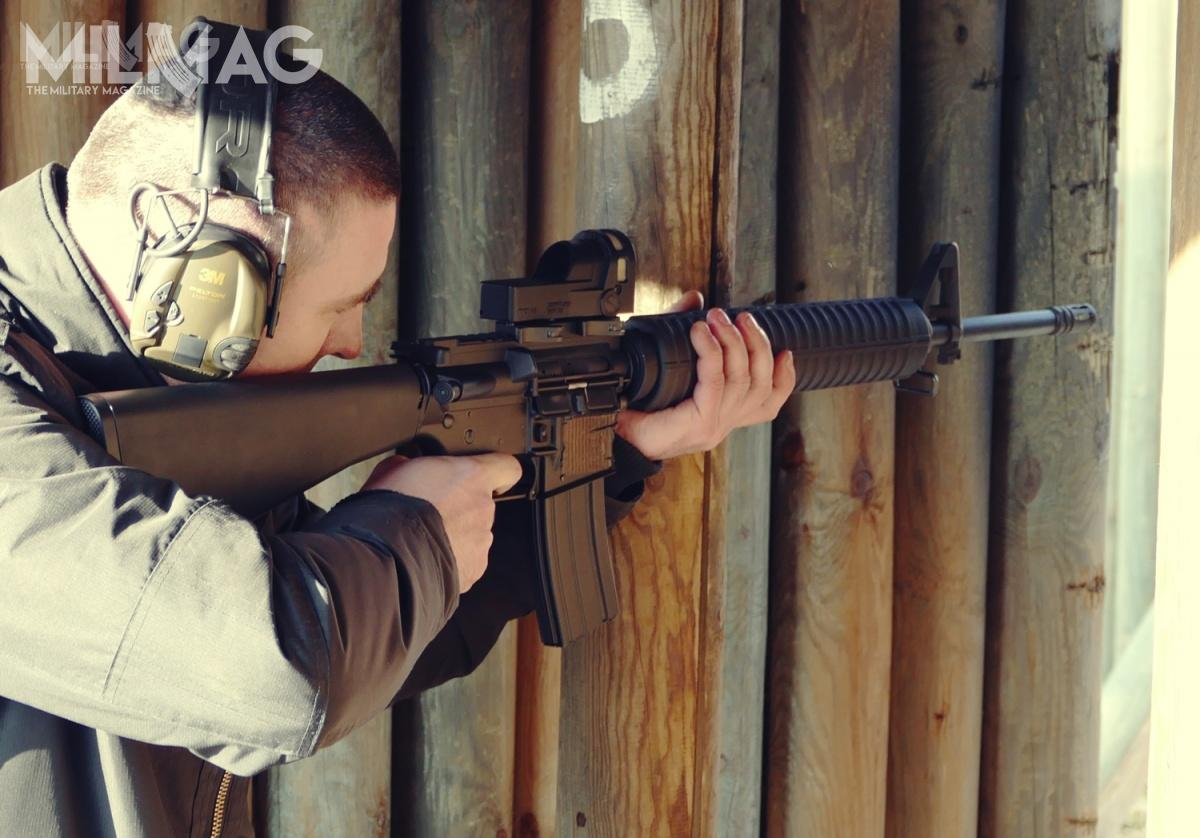 Shooting the PAC prototype. Instead of the carrying handle, Israeli-made Mepro 21 sight was used. This confirms that the accessory mounting rail conforms to the standards.