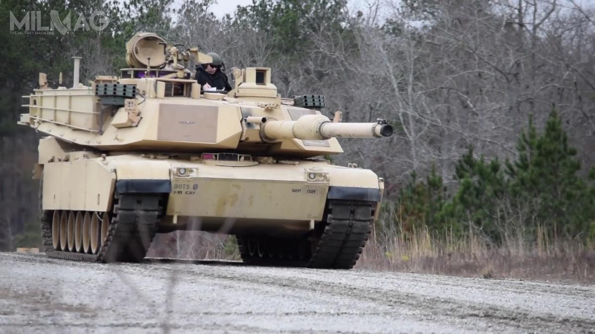 Czołg podstawowy M1A2 Abrams SEP podczas AEWE 2018, wyposażony wsystemy obrony aktywnej. Nazdjęciu widoczne wyrzutnie granatów