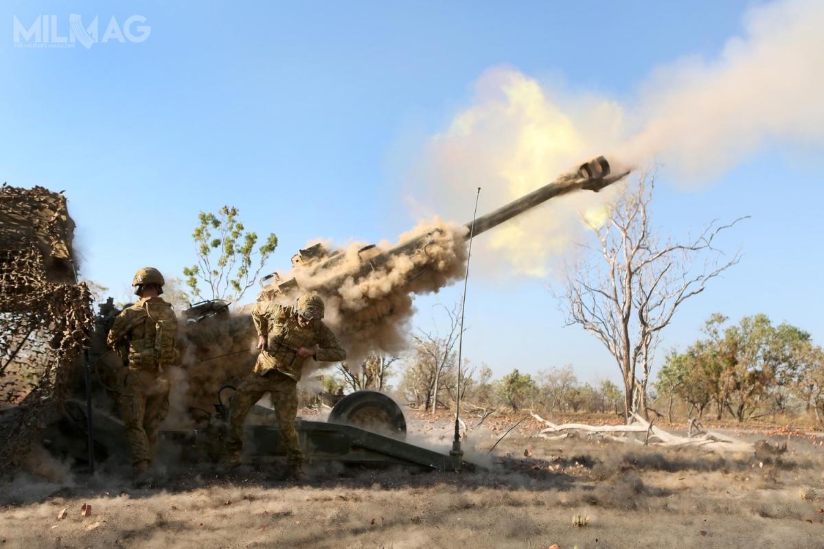 Żołnierze regimentu 8/12 Australian Army napoligonie Bradshaw podczas strzelania 155-mm haubicą M777A2 /Zdjęcie: Sarah Anderson, USMC