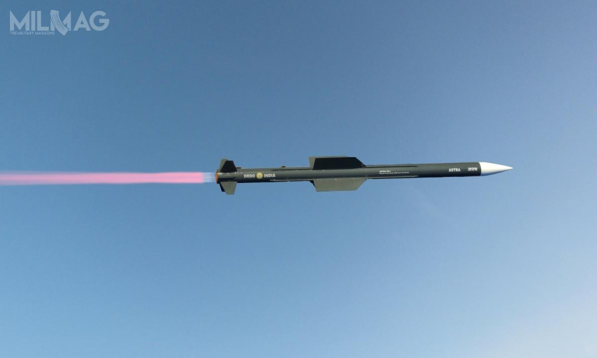 Astra Mk.1 ma 3,57 m długości, 178 mm średnicy imasę 154 kg. Napędzany silnikiem rakietowym napaliwo stałe osiąga prędkość Ma4,5 ima zasięg rzędu 80-110 km napułapie do20 tys. m. Pocisk jest naprowadzany aktywnie radarem izapomocą nawigacji zliczeniowej, aodłamkowo-burząca głowica bojowa ma masę 15 kg / Zdjęcie: DRDO