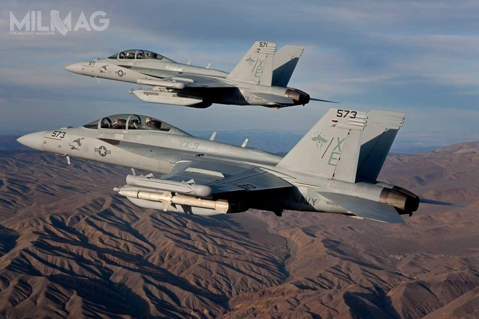 Demonstracja współdziałania załogowych iopcjonalnie bezzałogowych samolotów EA-18G pozwala zdużą dozą pewności sądzić, żeanalogiczne rozwiązanie jest możliwe doprzeprowadzenia zpokładowymi F/A-18E/F Super Hornet, co znacznie zwiększyło byich możliwości / Zdjęcie: US Navy