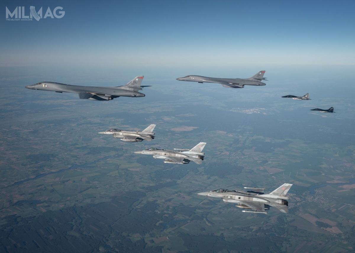 W eskorcie dwóch B-1B Lancer nadPolska wzięły udział cztery F-16C/D Block 52+ idwa MiG-29A / Zdjęcia: Piotr Łysakowski