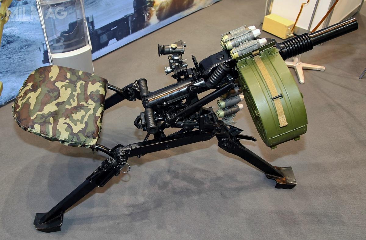 Masa granatnika maszynowego AGS-40 Bałkan napodstawie trójnożnej wynosi 32 kg, zaś załadowanej 20-nabojowej skrzynki amunicyjnej to14 kg. Amunicja podawana jest zprawej strony. Zgranatnika można prowadzić ogień stromotorowy orazprostoliniowy namaksymalną odległość 2500 metrów zszybkostrzelnością maksymalną 400 strzałów/min. Granat wylatuje zlufy odługości 400 milimetrowej zprędkością początkową 240 m/s / Zdjęcie: Witalij W. Kuzmin