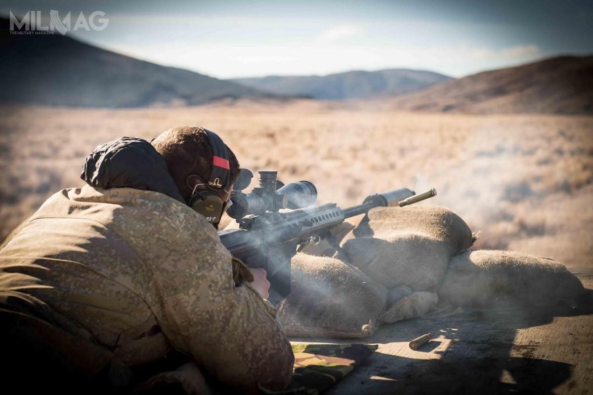 Nowozelandzkie siły zbrojne wramach programu modernizacji broni strzeleckiej kupiły 40 wielkokalibrowych, samopowtarzalnych karabinów przeciwsprzętowych Barrett M107A1 i42 powtarzalne karabiny snajperskie Barrett MRAD (Multi-Role Adaptive Design) / Zdjęcia: NZDF