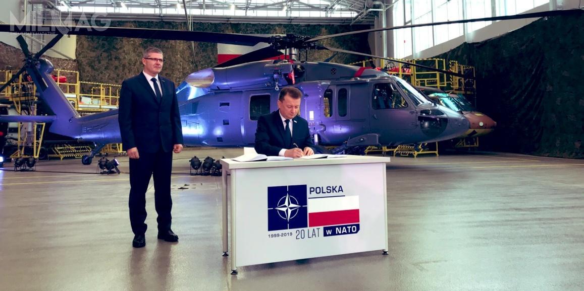 Podczas uroczystości podpisania umowy, prócz Ministra Obrony Narodowej byli obecni um.in. premier Mateusz Morawiecki, prezes spółki PZL Mielec Janusz Zakręcki iprzedstawiciele Dowództwa Wojsk Specjalnych
