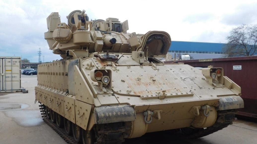 RADA Electronic Industries opublikowała fotografię bwp M2A4 Bradley zASOP typu Iron Fist Light. Nawieży zainstalowano cztery stacje radiolokacyjne, ostrzegające ozagrożeniach zewszystkich kierunków orazwyrzutnie efektorów doneutralizacji nadlatujących pocisków rakietowych. Można zauważyć, że25-mm armata automatyczna M242 została zdemontowana. /Zdjęcie: RADA