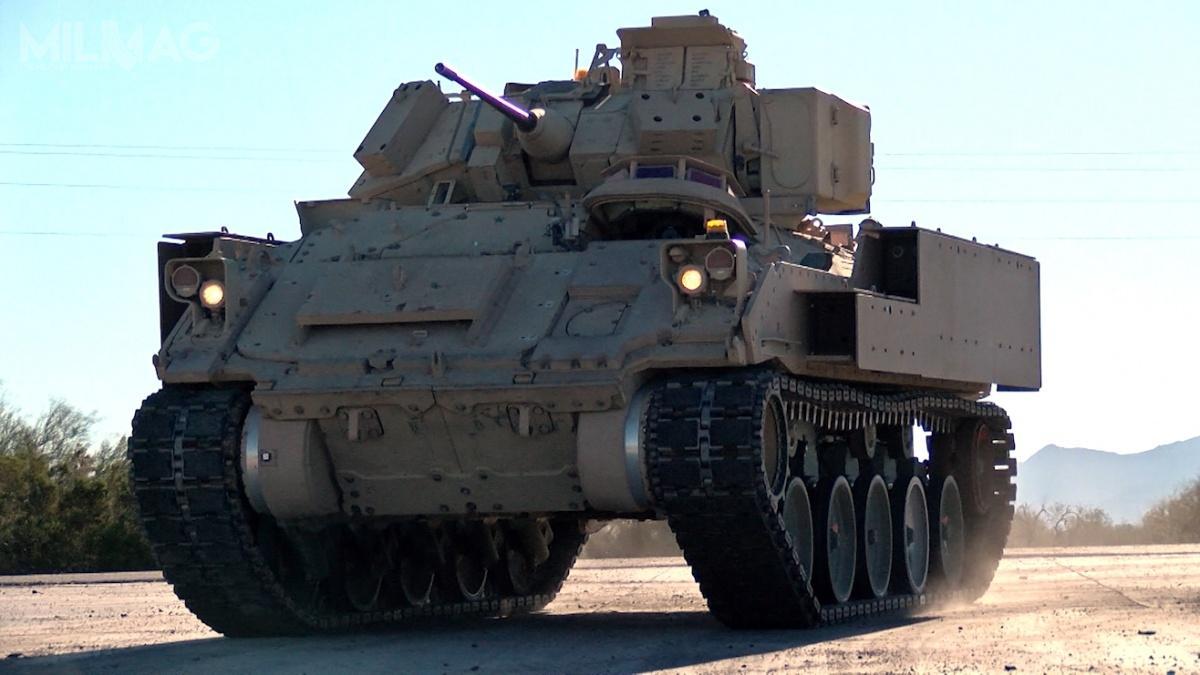 Zaprezentowana fotografia bwp M2A3 Bradley przedstawia maksymalny prześwit uzyskany dzięki zastosowaniu hydropneumatycznego zawieszenia / Zdjęcie: US Army/Yuma Proving Ground