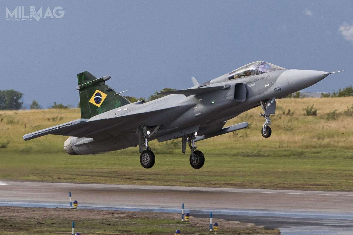 27 października 2014 ministerstwo obrony Brazylii zamówiło 28 jedno- i8dwumiejscowych samolotów Saab JAS 39E/F Gripen zarównowartość 5,4 mld USD (21,07 mld zł) zdostawami do2024. Umowa zawiera opcję na72 kolejne samoloty (wtym pokładowe Sea Gripen dla marynarki wojennej)