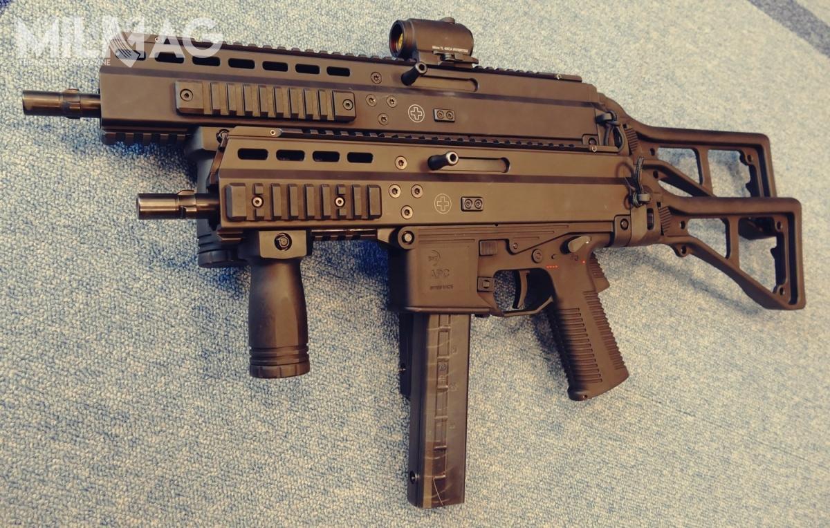 Oferta Cenzinu rozszerzyła się obroń samopowtarzalną produkowaną przezszwajcarskie przedsiębiorstwo B&T. Nazdjęciu dwie odmiany 9-mm pistoletów samopowtarzalnych (karabinków doamunicji pistoletowej) rodziny APC9. Pojawienie się takich konstrukcji jest ściśle powiązane zrozwojem iwielkością polskiego rynku strzeleckiego, atozkolei efekt nowelizacji ustawy obroni iamunicji z2011 połączony zewzrostem zamożności społeczeństwa
