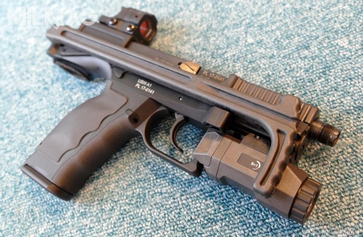 Ciekawostką wofercie Cenzinu jest pistolet samopowtarzalny USW A1 wyposażony wintegralną kolbę. Toswoista alternatywa dla większych konstrukcji karabinków donaboju pistoletowego 9mm x 19 / Zdjęcia: Remigiusz Wilk
