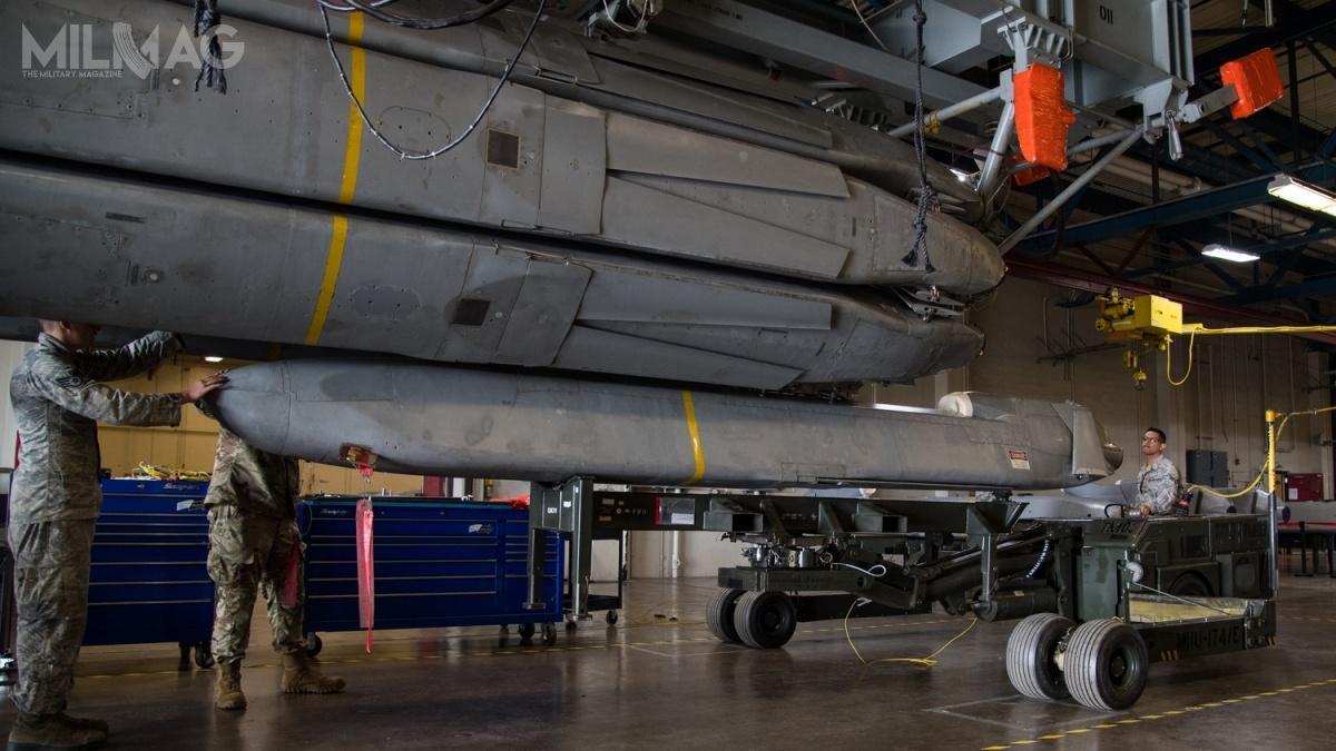B-52H Stratofortress przenosił maksymalnie 20 pocisków AGM-86B/C/D. Dwanaście nawysięgnikach podskrzydłami, aosiem wwyrzutni rewolwerowej wkomorze bombowej