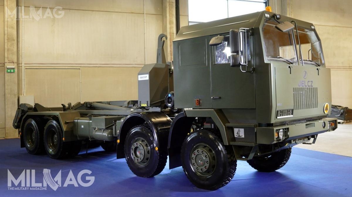 Jelcz P862D.43 8x6, wyposażony wsamozaładowczy system hakowy Multilift MK IV jest pojazdem specjalistycznym. Wojsko Polskie użytkuje 201 takich platform / Zdjęcie: Remigiusz Wilk.