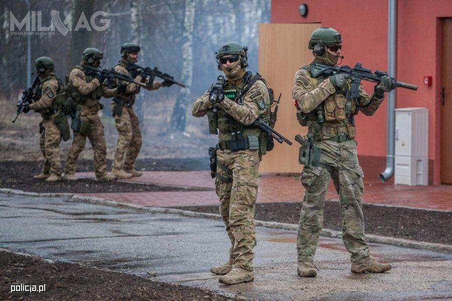 Amunicja 5,56 mm x 45 NATO jest wykorzystywana wpododdziałach kontrterrorystycznych Policji przezfunkcjonariuszy uzbrojonych wkarabinki automatyczne H&K G36 iH&K HK416, atakże zakupione wubiegłym roku C.G. Haenel MK556 zlufami 279-mm/11-calowymi oraznapoczątku bieżącego roku HK417A2 zlufami 419 mm/16,5-calowymi odCenzinu, którychtermin dostaw minie 21 grudnia / Zdjęcie: Polska Policja