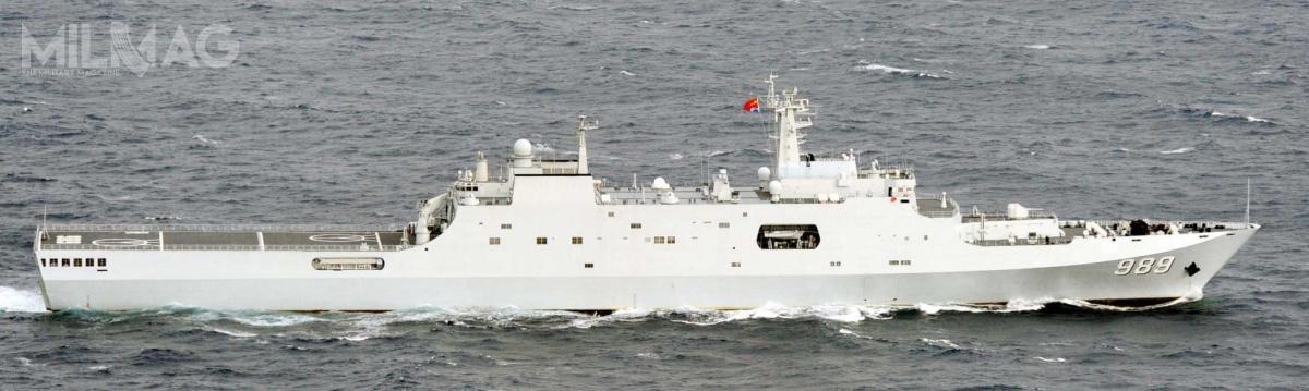 Marynarka Wojenna Chińskiej Armii Ludowo-Wyzwoleńczej użytkuje 5z7zamówionych okrętów typu 071: CNS Kunlun Shan (998), Jinggang Shan (999), Changbai Shan (989), Yimeng Shan (988) iLonghu Shan (980). Jednostki weszły dosłużby kolejno w2007, 2011, 2012, 2016 i2018 / Zdjęcie: Ministerstwo Obrony Japonii