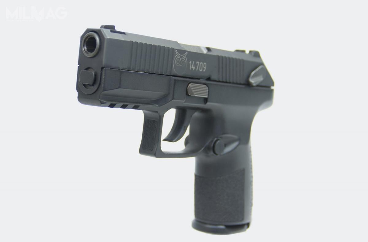 Opracowany przezCNIIToczMasz pistolet samopowtarzalny Połoz działa nazasadzie wykorzystania energii krótkiego odrzutu lufy. Broń ma kurkowy mechanizm uderzeniowy idostosowana jest dostrzelców prawo- ileworęcznych. Połoz ma modułową budowę, topistolet zwymiennymi płaszczami szkieletu, nakładanymi namechanizm spustowo-uderzeniowy. Topodobne rozwiązanie, jak wamerykańskim SIG Sauer P320 / Zdjęcie: CNIIToczMasz