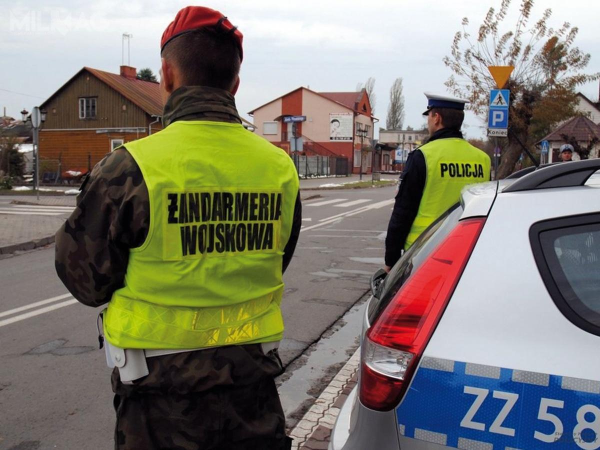 Ustawa oPolicji z6kwietnia 1990 określa, żewprzypadkach niecierpiących zwłoki, oużyciu Wojska Polskiego decyduje minister obrony narodowej nawniosek szefa MSWiA, zawiadamiając oniej niezwłocznie prezydenta ipremiera / Zdjęcie: Polska Policja