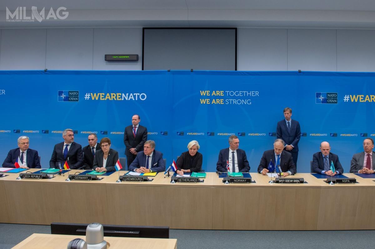 Porozumienie odołączeniu nowego państwa doNATO MMF podpisali zastępca sekretarza generalnego NATO Mircea Geoana iministrowie obrony Belgii Didier Reynders, Holandii Ank Bijleveld, Luksemburga François Bausch, Niemiec Annegret Kramp-Karrenbauer, Norwegii Frank Bakke-Jensen orazCzech Lubomír Metnar / Zdjęcie: NATO