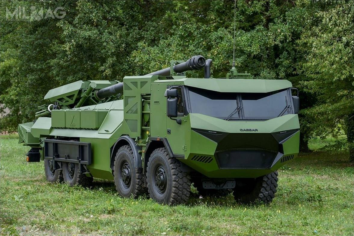 155-mm kołowa samobieżna armatohaubica Nexter Systems CAESAR naczeskim podwoziu Tatra T815-7 8x8 ma masę bojową 28,7-30,2 t, 12,3 m długości, 2,8 m szerokości i3,1 m wysokości. Załoga składa się zpięciu żołnierzy, alemożliwa jest redukcja dotrzech zastosowaniu mechanicznego układu wspomagającego ładowanie / Zdjęcie: Nexter Systems