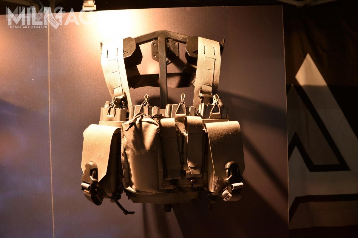 Chestrig Thunderbolt pozbawiono systemu taśm montażowych MOLLE/PALS – wcelu zmniejszenia masy wszystkie ładownice ikieszenie są wszyte nastałe.
