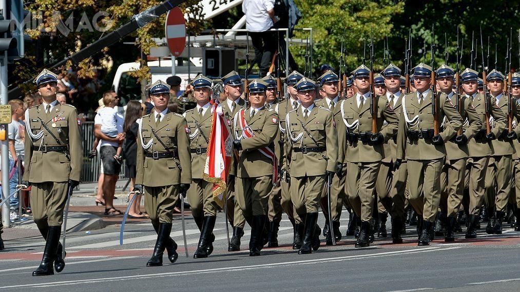 Punktem kulminacyjnym obchodów Święta Wojska Polskiego była defilada pododdziałów Sił Zbrojnych RP - 1,5 tys. żołnierzy, 200 pojazdów ikilkudziesięciu statków powietrznych