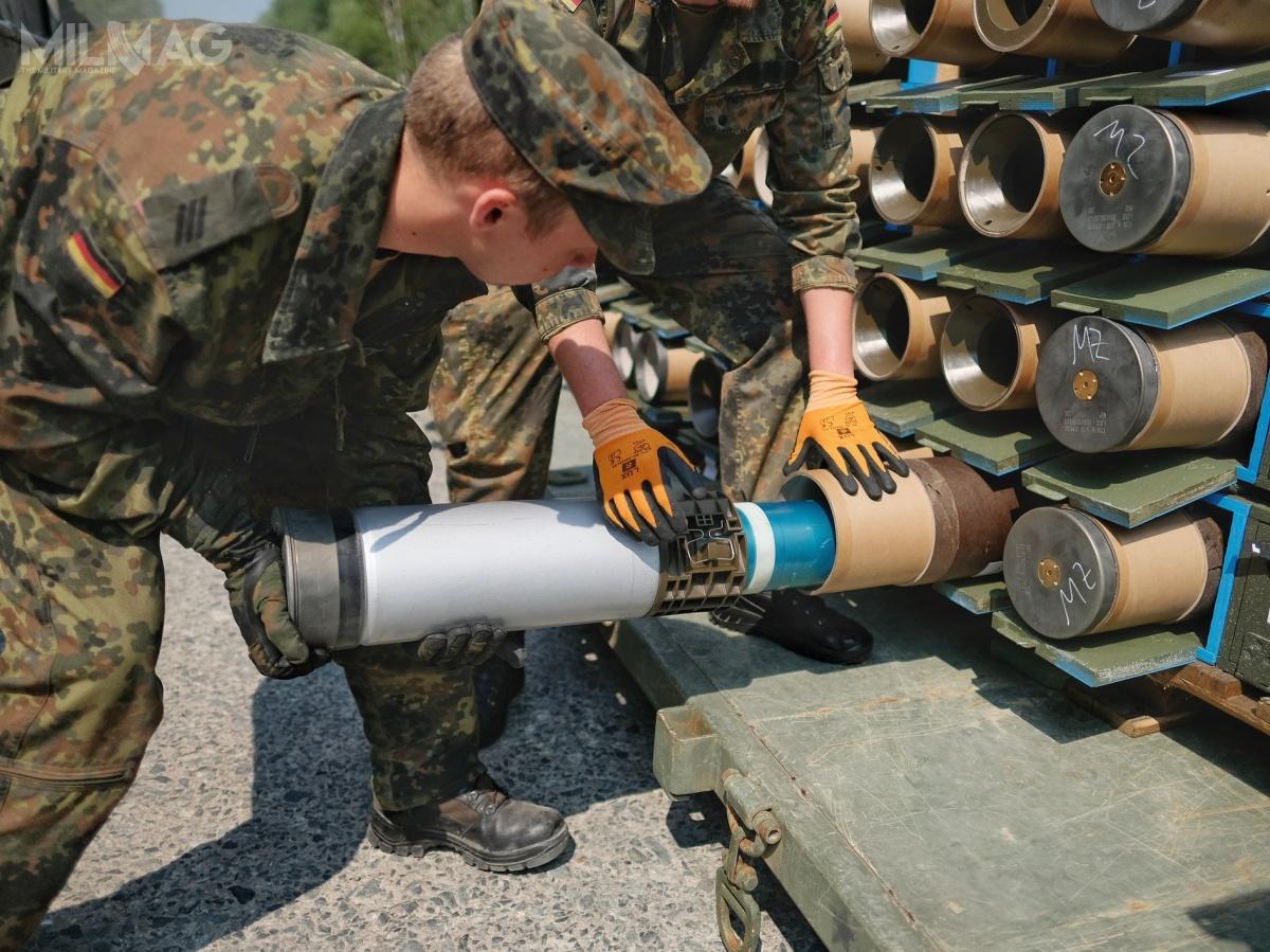 Amunicja ćwiczebna DM88 jest podwzględem właściwości fizycznych ibalistycznych identyczna do120-mm bojowej DM11, adla rozróżnienia zastosowano inny kolor naboju. /Zdjęcie: Bundeswehr