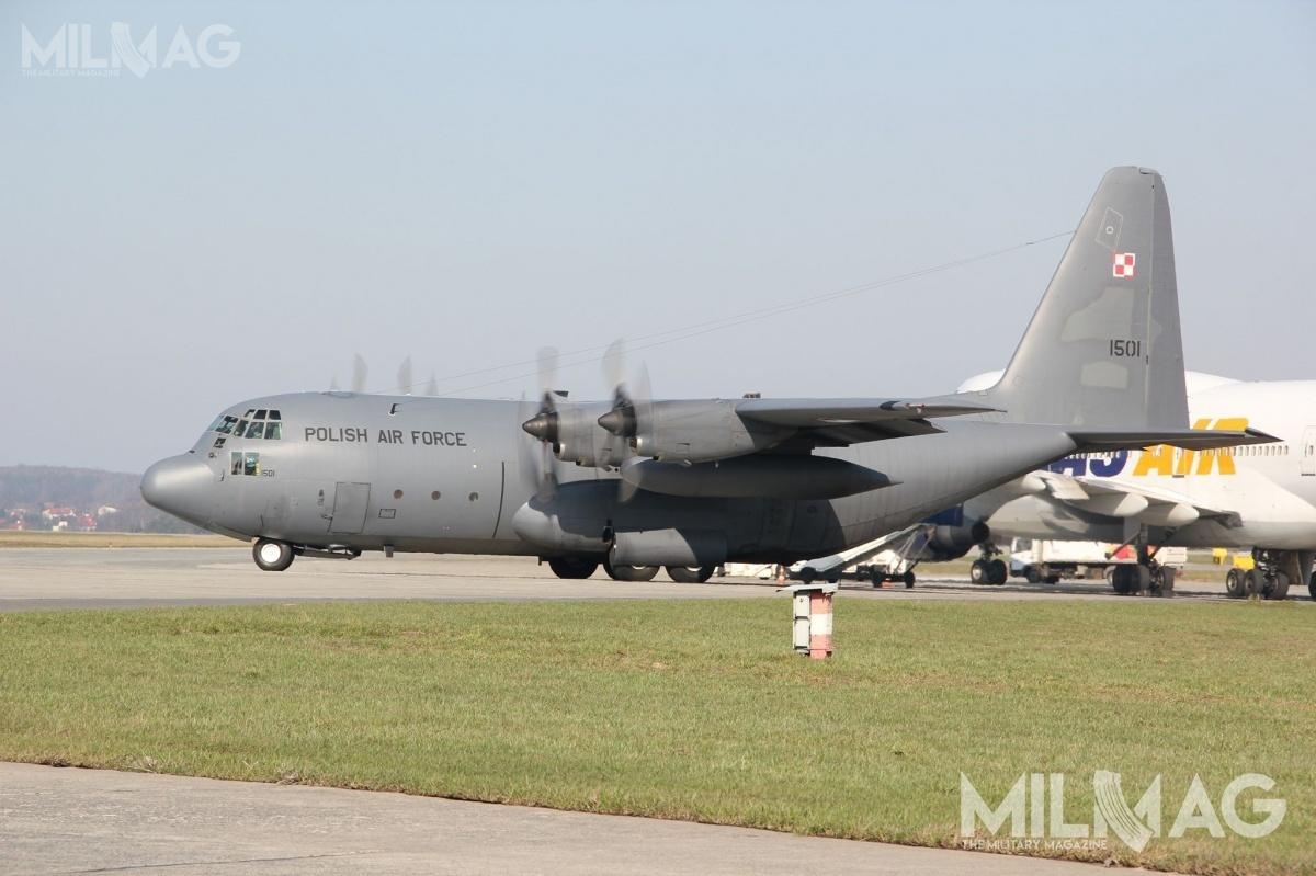 W 33. Bazie Lotnictwa Transportowego wPowidzu stacjonuje pięć średnich samolotów transportowych C-130E Hercules pozyskanych nieodpłatnie zUSA wlatach 2009-2012. Wramach przystosowania dosłużby wSiłach Powietrznych RP przebudowano centropłaty, zmodernizowano awionikę izamontowano nowocześniejsze układy samoobrony. Pomimo ich unowocześnienia transportowcom budowanym wl. 1970. Kończą się resursy. Samoloty powinny zostać wycofane zesłużby wciągu kilku najbliższych lat / Zdjęcie: Jakub Link-Lenczowski