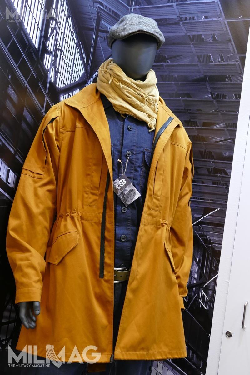 Parka wzór M51 uszyta zpomarańczowej tkaniny Cordura NYCO. Wkurtce m.in.zmieniono liczbę irozmiar kieszeni, ulepszono krój ramion czyunowocześniono kaptur. Dokurtki pasuje kontraktowy ocieplacz jak iszyty przezDurabo. Podspodem koszula M51 wbarwie jeansowej