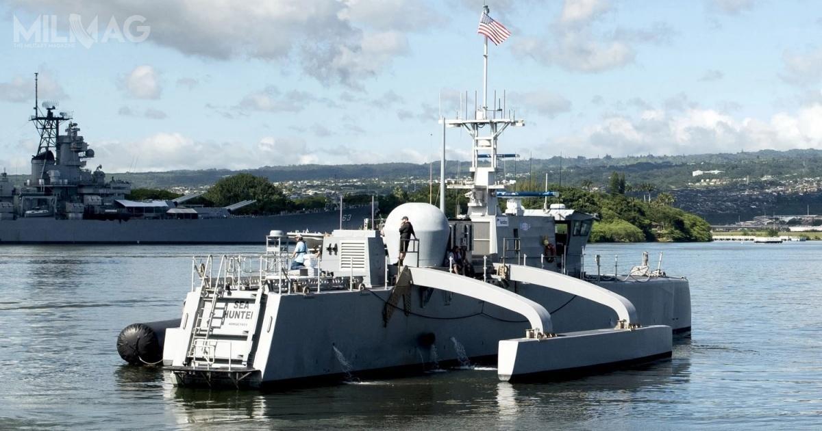 W skład nowego dywizjonu, obok niszczycielu typu Zumwalt, wejdą napoczątek dwa eksperymentalne okręty nawodne Sea Hunter, awdalszej kolejności m.in.docelowe jednostki bezzałogowe opracowane wramach programów LUSV iMUSV. /Zdjęcia: US Navy