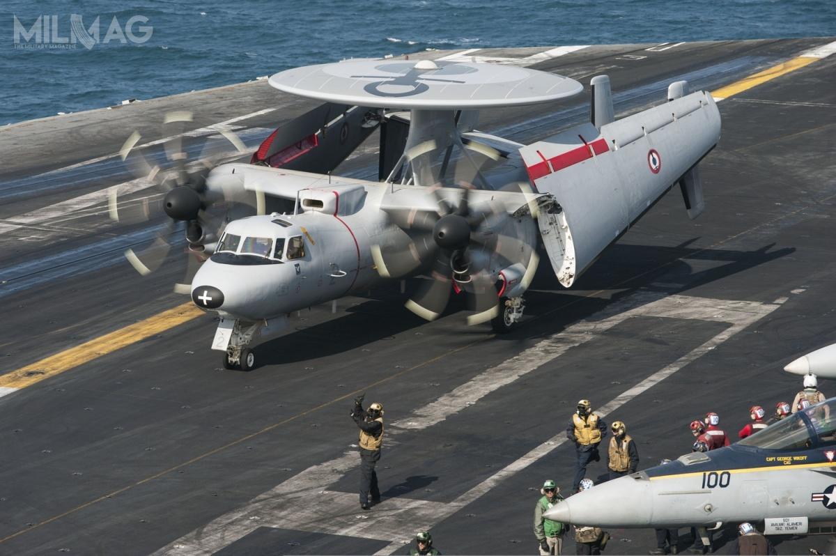 W porównaniu zwersją E-2C, Advanced Hawkey otrzymały nowe wyposażenie elektroniczne, wtym radar, awionikę, kolorowe wyświetlacze wkabinie orazulepszone silniki iskrzydła zezbiornikami paliwa, dzięki czemu maksymalny czas lotu beztankowania wpowietrzu wzrósł z5do8godzin / Zdjęcie: US Navy
