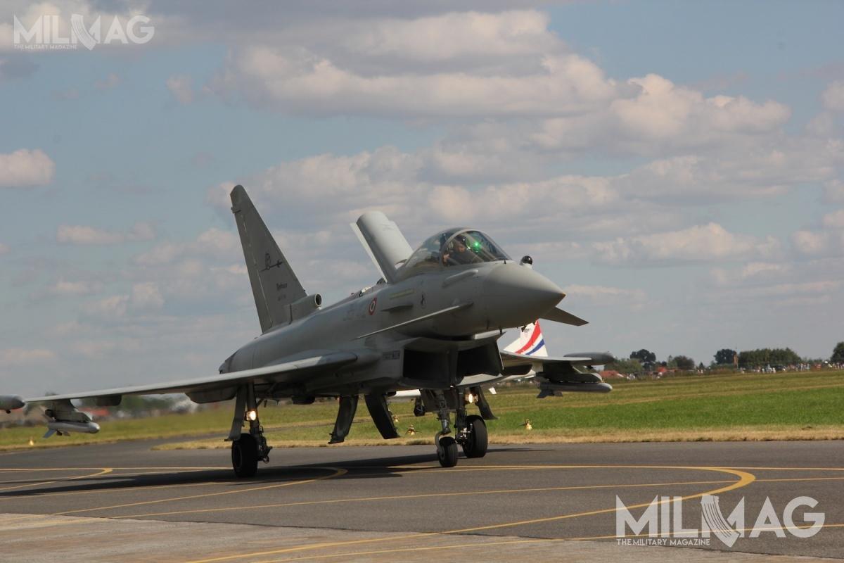 Eurofighter Typhoon todwusilnikowy, ponaddźwiękowy wielozadaniowy samolot bojowy. Wewszystkich konfiguracjach Typhoon może przenosić co najmniej cztery pociski powietrze-powietrze średniego zasięgu idwa pociski powietrze-powietrze krótkiego zasięgu