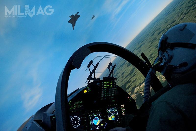 System jest wyposażony w360-stopniowe wyświetlacze, zapewniające wysoką jakość treningu misji powietrze-powietrze ipowietrze-ziemia.