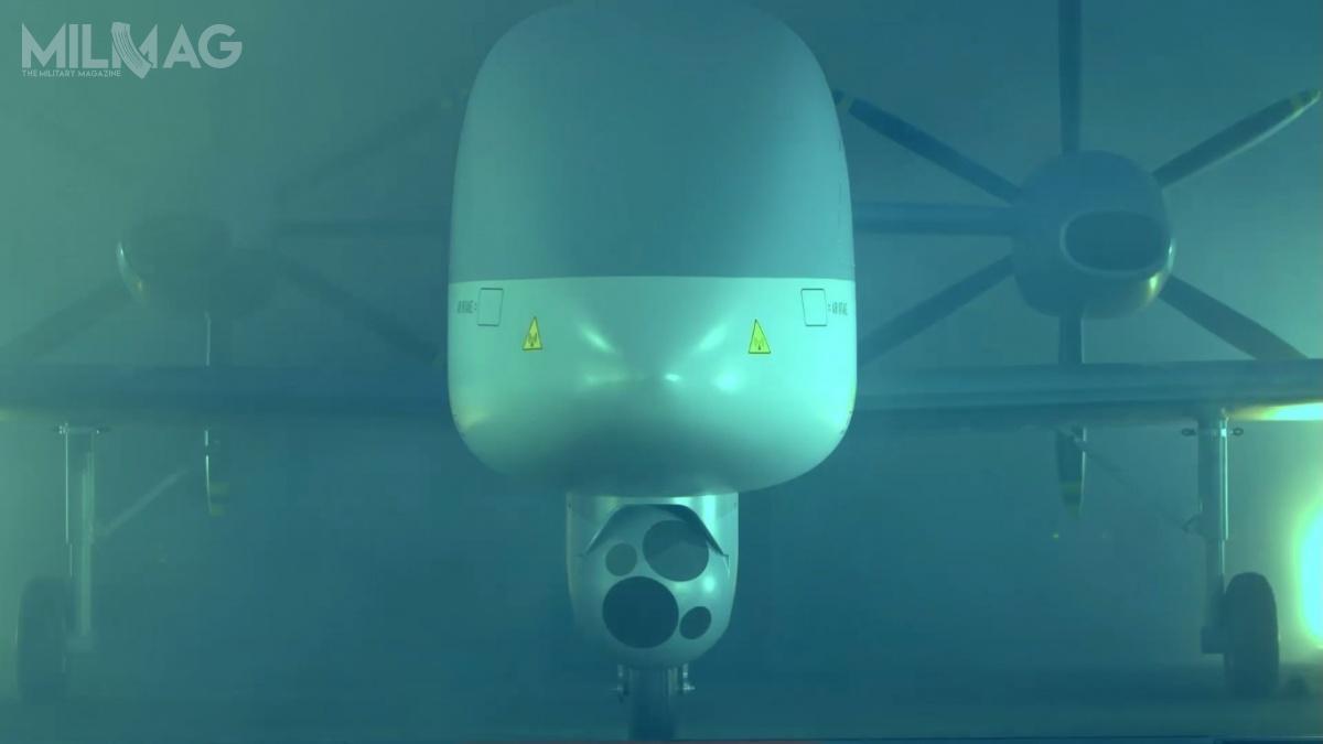 Makieta została wyposażona winną podkadłubową głowicę optoelektroniczną niż prezentowana wewcześniejszym RPAS MALE. Zmianie uległa również koncepcja napędu. Obecnie są todwa śmigła pchające / Zdjęcia: Airbus