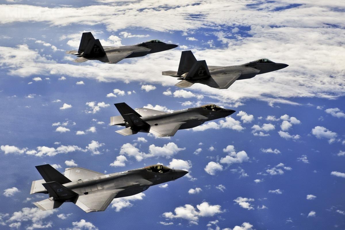 Wymagania techniczne podF-22 powstawały odpoczątków lat 1980, aprototyp YF-22 został oblatany napoczątku następnej dekady. Nienielicznych modyfikacjach był produkowany do2011. Zkolei prace nadF-35 formalnie rozpoczęły się napoczątku lat 1990 ipołączeniu programów JAST iCALF w1995. Prototypowy X-35 został oblatany w2006. Oba samoloty, mimo żeokreślane wspólnie mianem 5. generacji, dzieli jednak znaczna różnica pokoleniowa. /Zdjęcie: USAF