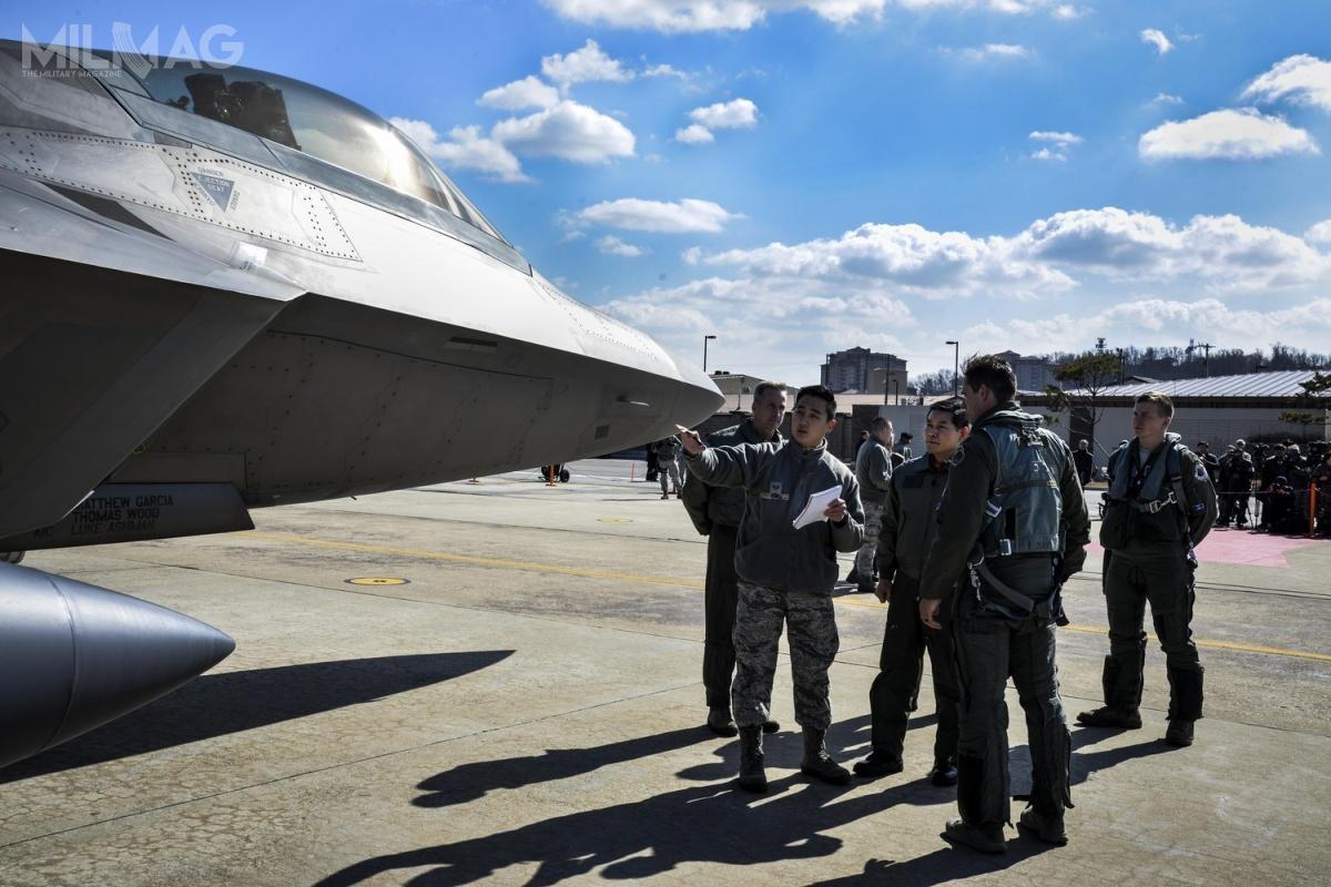Zgodnie zobowiązującym prawem federalnym, F-22 niemoże być eksportowany. Japonia wprzeszłości wyraziła swoje zainteresowanie tym samolotem, alezuwagi nanieprzejednane stanowisko USA, zdecydowano się nazakup F-35A Lightning II. /Zdjęcie: USAF