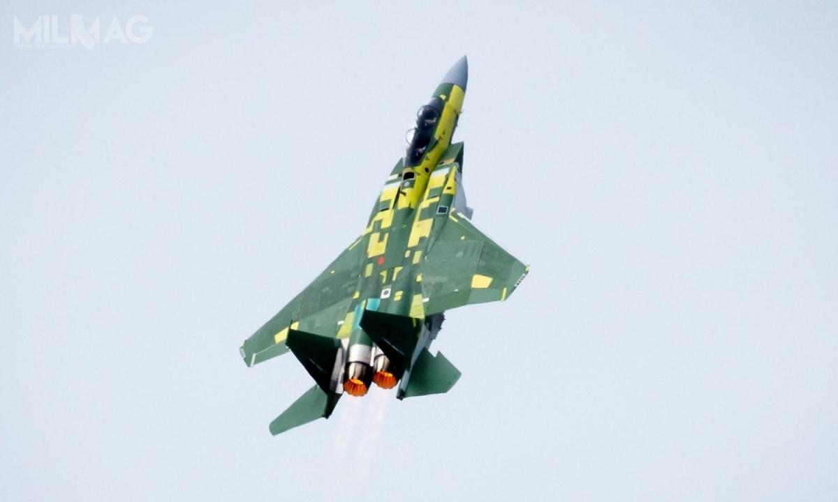 Samoloty bojowe F-15QA mają charakteryzować się m.in.wzmocnioną konstrukcją skrzydeł izwiększonym udźwigiem (dzięki montażowi dwóch dodatkowych węzłów uzbrojenia). Ponadto, F-15QA zostaną wyposażone wwielofunkcyjne wyświetlacze ciekłokrystaliczne odużej rozdzielczości Passive Attack Display, radar zanteną zaktywnym skanowaniem elektronicznym AESA typu APG-63(V)3, zintegrowany system optoelektroniczny pracujący wpodczerwieni (IRST) AAS-42 Tiger Eyes, system walki radioeletronicznej EPAWSS (Eagle Passive/Active Warning and Survivability System) inowy komputer pokładowy znajszybszym dostępnym procesorem / Zdjęcie: Eric Shindelbower/Boeing
