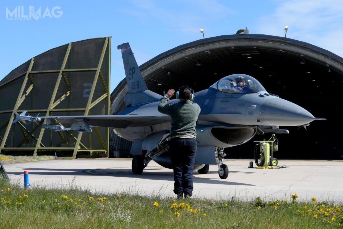 Osiemnaście F-16CM/DM Block 50 z480. Eskadry 52. Skrzydła Myśliwskiego pozostanie wPolsce dokońca tygodnia.