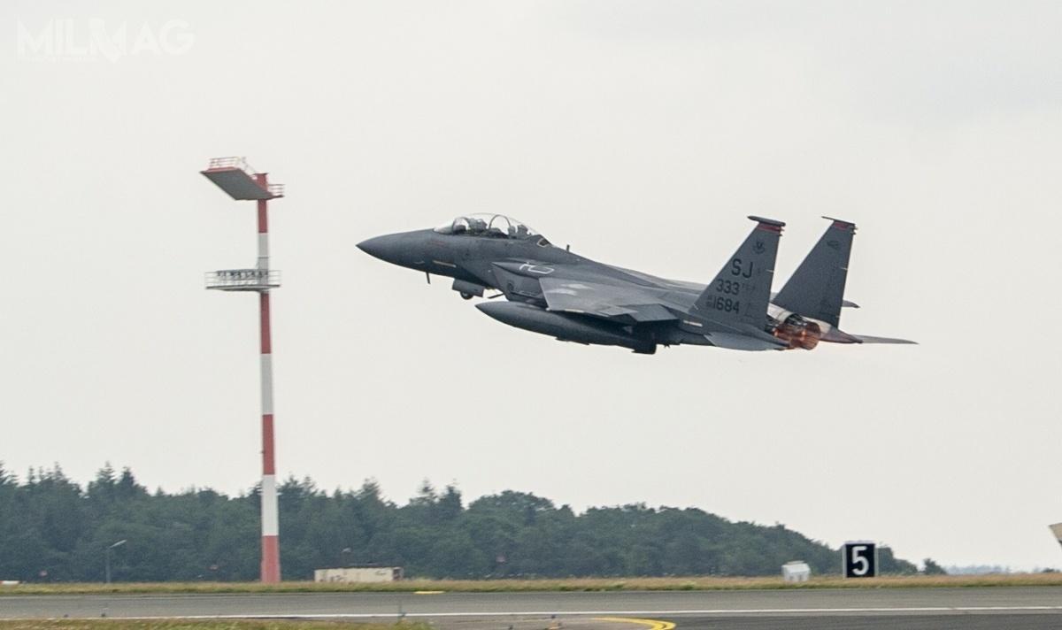 Czterem samolotom piątej generacji towarzyszyły dwa wielozadaniowe F-15E Strike Eagle, którychpoprzednia wizyta wPolsce miała miejsce wmarcu 2019. Co ciekawe samoloty były wyposażone wzasobniki celownicze AN/AAQ-33 Sniper, nawigacyjno-celownicze AN/ASQ-228 ATFLIR iradarowe AN/ASQ-236 Dragon's Eye zanteną zaktywnym skanowaniem elektronicznym AESA. Te ostatnie które stanowią jeszcze rzadkość nawyposażeniu samolotów USAF. / Zdjęcia: USAF