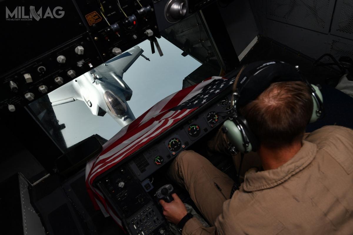 Opublikowane fotografie ukazują również wsparcie powietrznego tankowca. Wyposażenie stanowiska operatora wskazuje, żebył toMcDonnell Douglas KC-10 Extender / Zdjęcia: Chris Drzazgowski, USAF